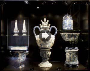 6 - Topstukken vitrine met o.a. bloemenhouder  1690 - 1700  De Grieksche A  Faience